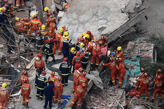 Chinese reddingswerker zoeken met man en macht naar overlevenden onder het puin.