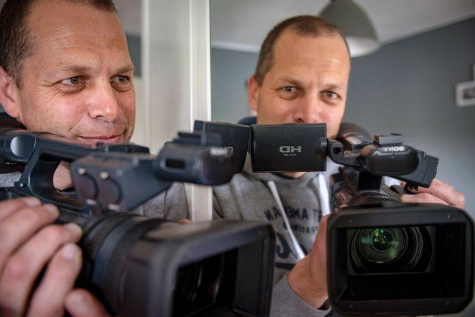 Cameraman Maurice Buurstee ging niet mee vanuit de lokale naar de streekomroep. ,,Maak lokale programma's in plaats van allemaal hetzelfde nieuws brengen.''