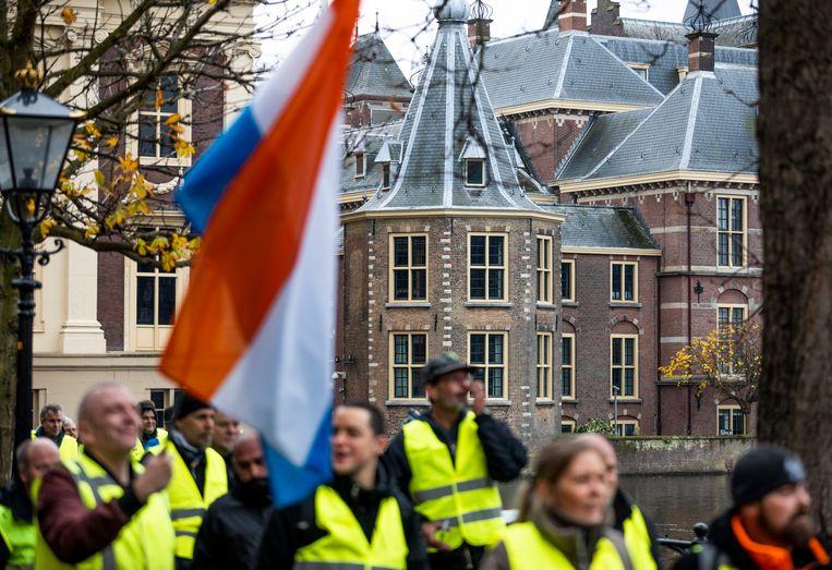 Mensen demonstreren in gele hesjes op het Plein in Den Haag in navolging van de demonstraties in Frankrijk en België uit onvrede tegen hoge prijzen voor eten en brandstof.  Beeld Freek van den Bergh