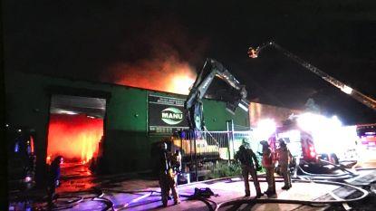 Uitslaande brand in loods afbraakbedrijf in Groot-Bijgaarden