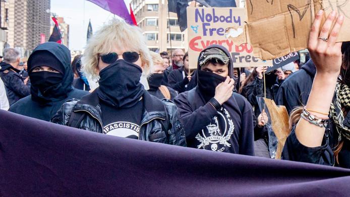 Van den B. had tijdens de demonstratie haar gezicht bedekt met een sjaal.