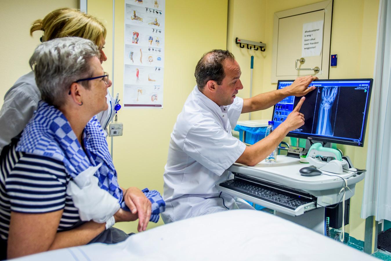 Spoedarts Harm van de Pas bekijkt samen met SEH-verpleegkundige Inge van de Wouw de röntgenfoto van de onfortuinlijke Wilma Nieuwlands.