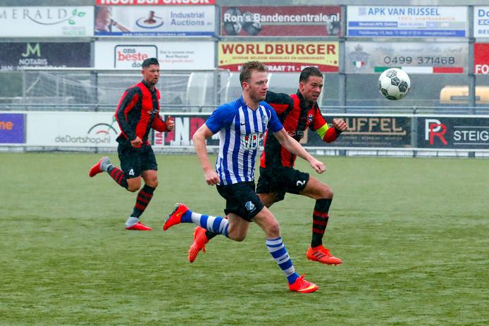 Jordi van Meurs van FC Eindhoven in actie tegen Best Vooruit.