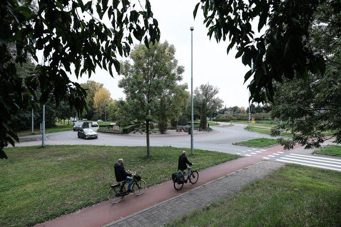 Het fietspad langs de rotonde van de Europaweg en de Auroraweg komt te vervallen, als het aan de gemeente ligt. Foto: Jan Ruland van den Brink
