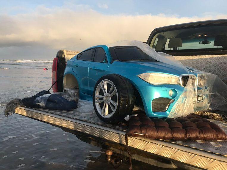 Aangespoelde BMW trapauto op Ameland na overboord slaan honderden zeecontainers in de waddenzee. Beeld null
