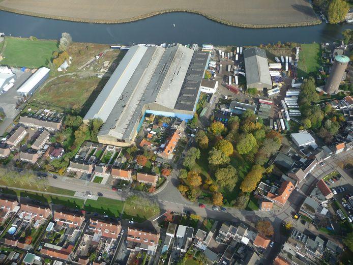 Luchtfoto Stampersgat met aan de Mark het toen nog met vrachtwagens gevulde bedrijf Mostert. Zij zijn verhuisd naar Lamswaarde.