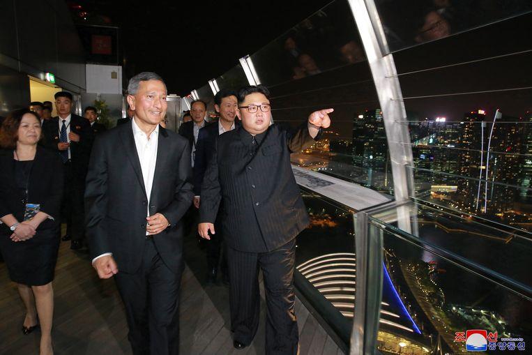 Aan de vooravond van de ontmoeting kuierde Kim Jong-un op zijn gemakje door Singapore voor een avondwandelingetje.