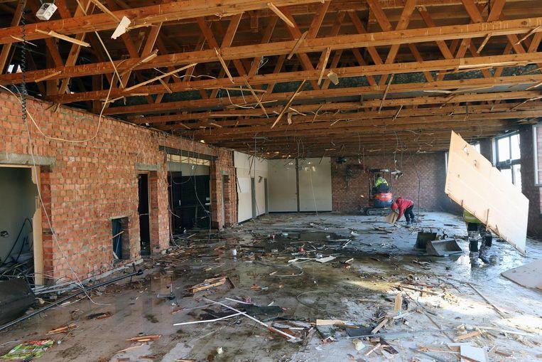 De oude feestzaal 't Centrum wordt afgebroken.