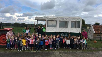 Kleuters VBS Hillegem bezoeken kinderboerderij 'Het Hemelse Dierenrijk'