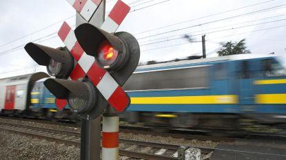 Auto valt stil op sporen en wordt gegrepen door trein, geen slachtoffers