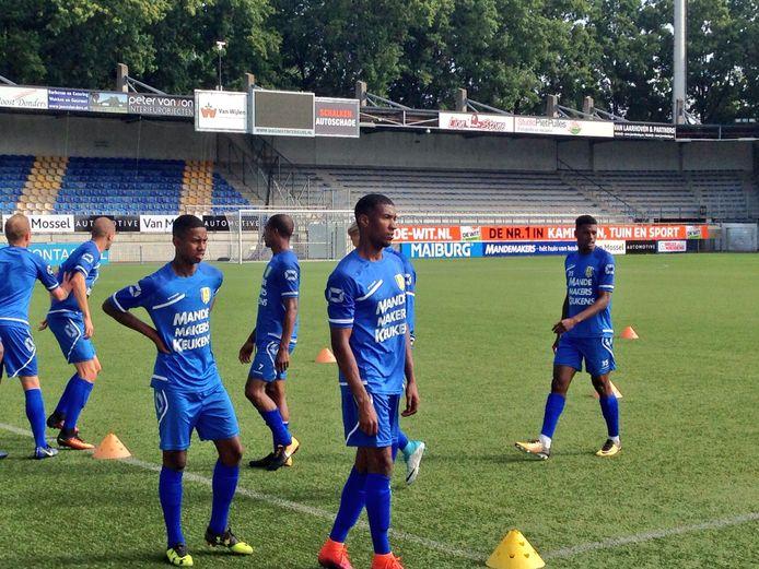 Leandro Resida (links) op het trainingsveld van RKC Waalwijk.
