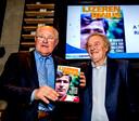 Rinus Israel krijgt zijn boek uit handen van Wim Jansen.