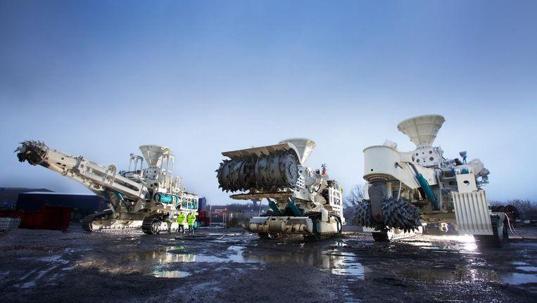 Diepzeemijnbouw met Nautilus Minerals: de rechtermachine maakt de zeebodem vlak, de delver in het midden hakt de schoorsteenformaties met metaalrijke afzettingen in stukken. Het gruis dat hierbij ontstaat, wordt verzameld door de linkermachine. Beeld Nautilus Minerals