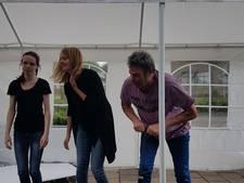 Mix van Nederlandse en Belgische humor op terrastheater in Reusel