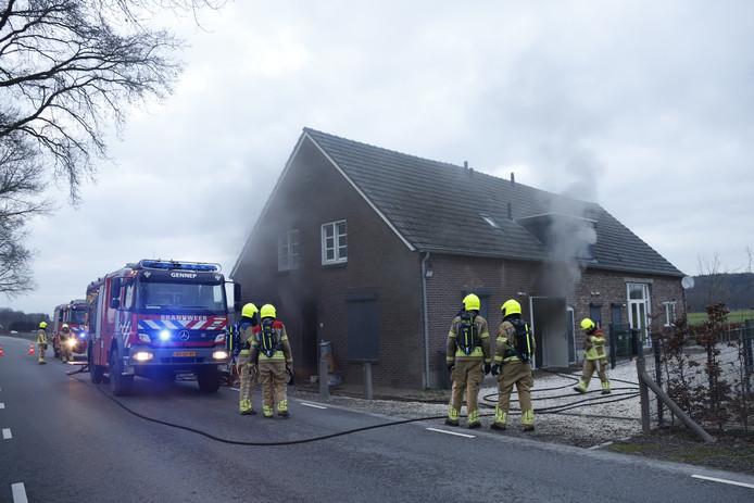 De brandweer blust in Milsbeek.