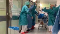 Applaus en erehaag van verpleegkundigen voor eerste patiënt uit intensieve zorg
