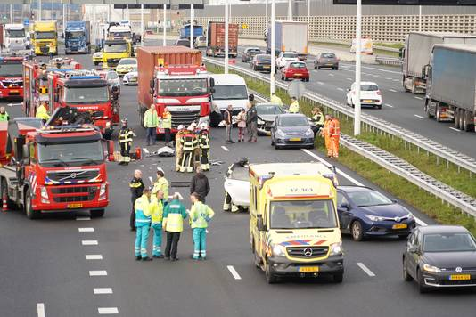 Er zijn meerdere voertuigen bij het ongeluk betrokken.