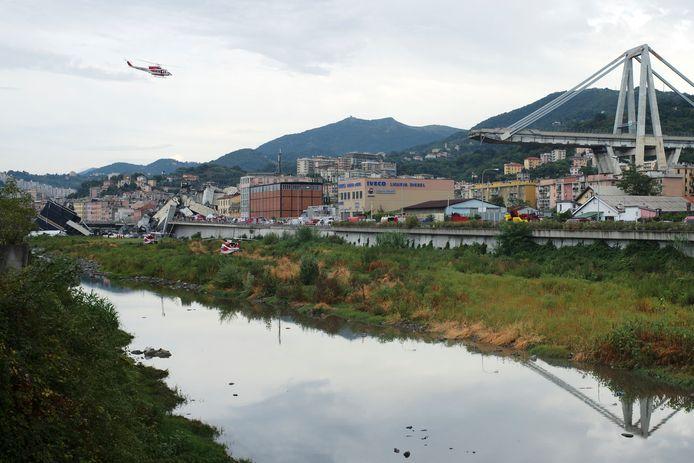 Een helikopter vliegt bij het rampgebied.