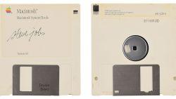 Veilinghuis verkoopt diskette met handtekening van Steve Jobs vanaf 6.812 euro