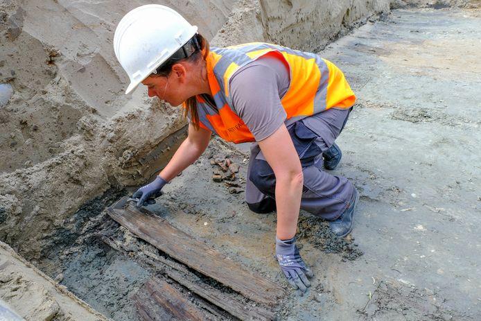Juanita Kiburg bezig bij de opgraving medio augustus in Bruinisse