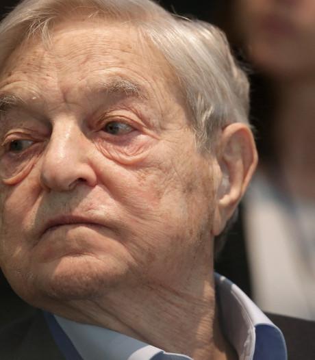 Vijand nr. 1 van complotdenkers, George Soros, kreeg pijpbom in zijn bus