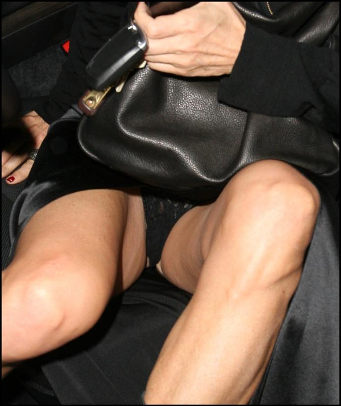 ударом выходя из машины засвет под юбками банг женой, порно
