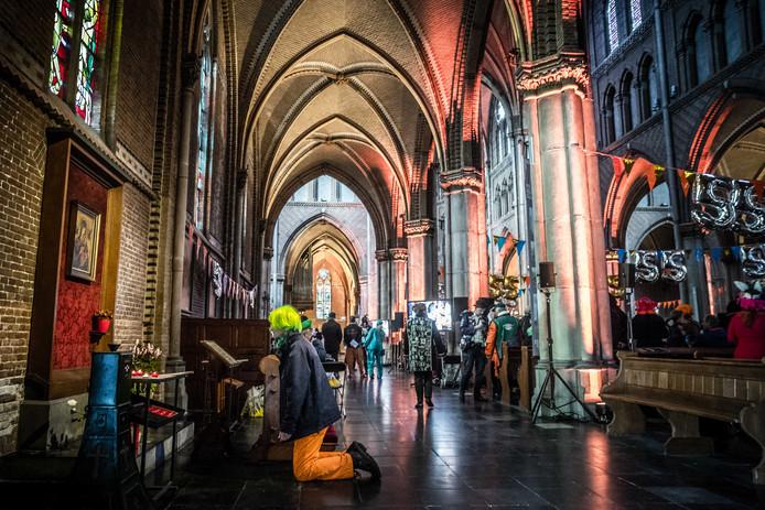 Feestvierders in Lampegat bezoeken de Carnavalsmis in de Catharinakerk.