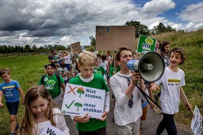In juli wandelden kinderen uit protest van Amsterdam naar Diemen, waar de grootste biomassacentrale van Nederland gepland staat