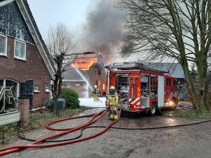 Een schuur bij een bouwbedrijf in De Heurne is helemaal uitgebrand. De brandweer heeft voorkomen dat het vuur is overgeslagen naar een woonhuis en andere schuur.