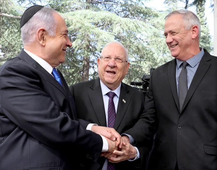 Premier Benjamin Netanyahu, de Israëlische president Reuven Rivlin en Benny Gantz, generaal buiten dienst. Beeld EPA
