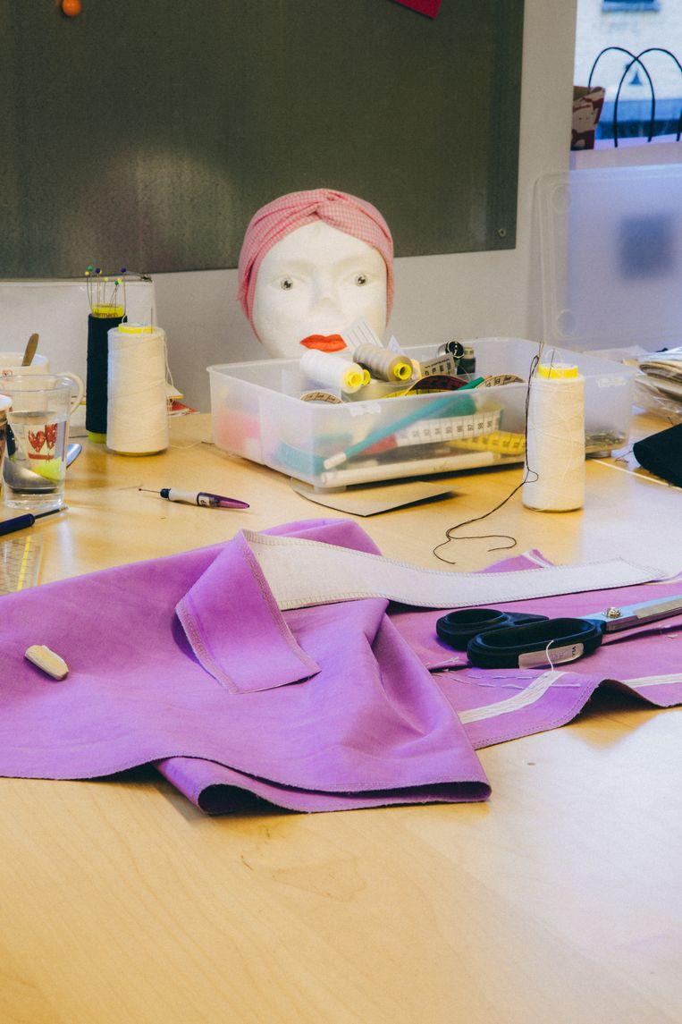 In het kostuumatelier worden de outfits voor de acteurs klaargemaakt