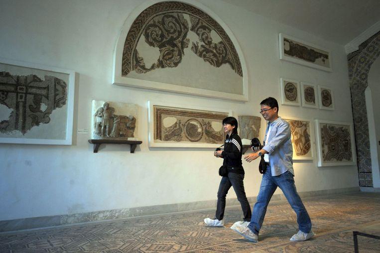 Japanse toeristen lopen door het Bardo museum heen. Foto genomen op 1 november, 2013. Beeld afp