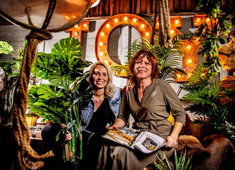 Denise van Gastel (rechts) tussen de meubels.
