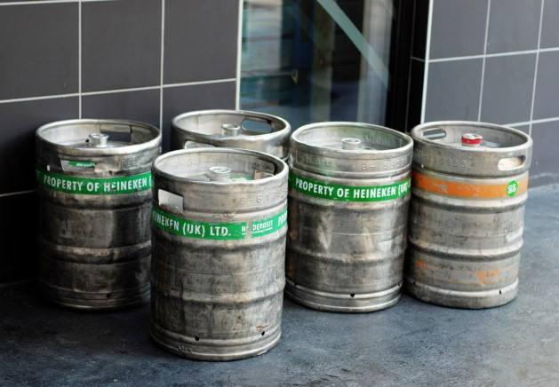 Fusten met namaak bier in Nijkerk.