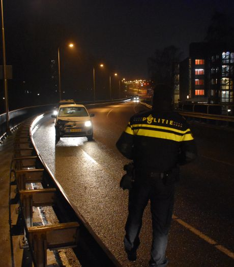 Gladheid in Meppel: auto tegen vangrail
