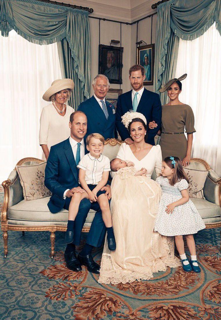 Een familieportret tijdens de doop van de Britse prins Louis. Rechtstaand (v.l.n.r.): Camilla Parker Bowles, prins Charles, prins Harry en Meghan Markle. Zittend (v.l.n.r.): prins William, prins George, Kate Middleton met prins Louis en prinses Charlotte.