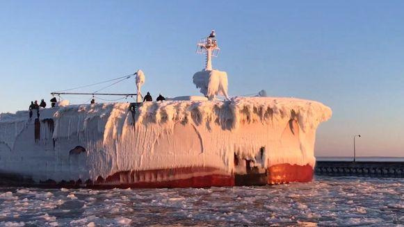 Bevroren schip vaart de haven van Duluth, Minnesota, binnen.