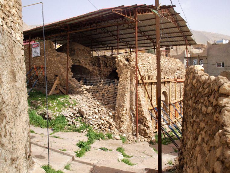 De buitenmuren van de synagoge in Al Qosh zijn voorlopig beschermd tegen instorting door het tinnen dat dat erboven geplaatst werd. Beeld Judit Neurink