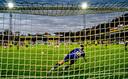 Klaas-Jan Huntelaar stuurt de VVV-goalie vanaf de stip de verkeerde kant op.