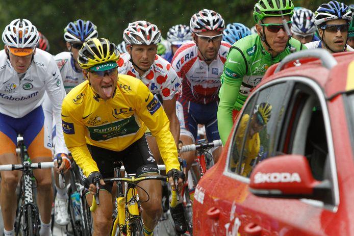 In 2011 droeg met Thomas Voeckler tien dagen een Fransman het geel. Links Robert Gesink in de witte trui voor beste jongere.
