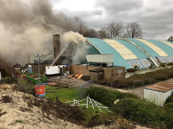 De brandweer blust de brand in het voormalige zwembad De Steur in Kampen.