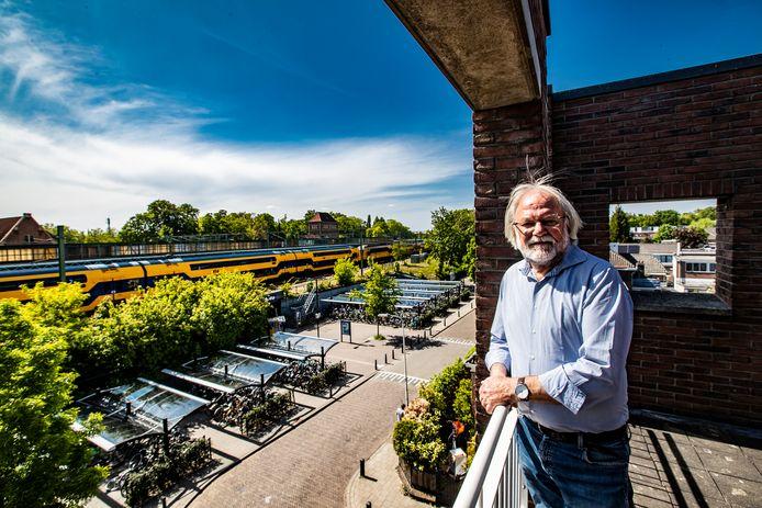 Een balkon dicht op het treinverkeer in Deventer. Er zijn huizen die nóg korter bij het spoor liggen. Voor bewoners zoals Albert van Driel is het balen dat maatregelen om iets aan de geluidsoverlast van de trein te doen langer op zich laten wachten.