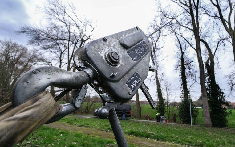 Een tractor trok met een lier met een kracht van 1.200 kilogram aan de populieren.