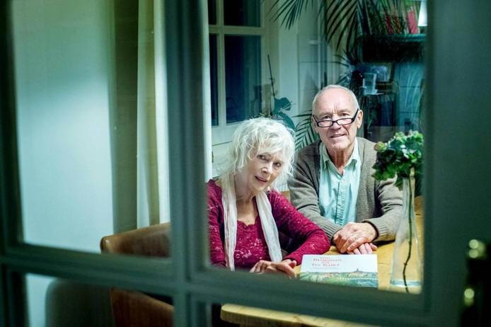 Riny Jans (links) en Joan ten Hove met het boek.