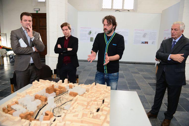 Eric Vanhoof, Anout Van Soon, Jurgen Van Der Donckt en Hugo Vanhoof bij een maquette van de toekomstige site.