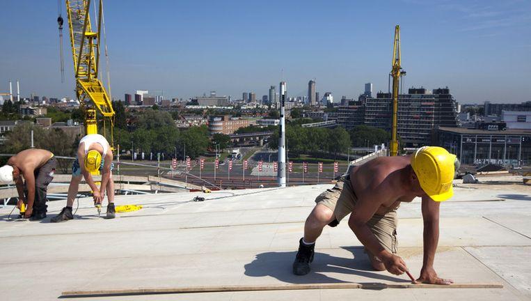 Vooral werknemers die in de volle zon of bij hete ovens werken lopen risico, zoals dakdekkers, wegwerkers en personeel in de voedingsindustrie en in de zware industrie. Foto ANP Beeld