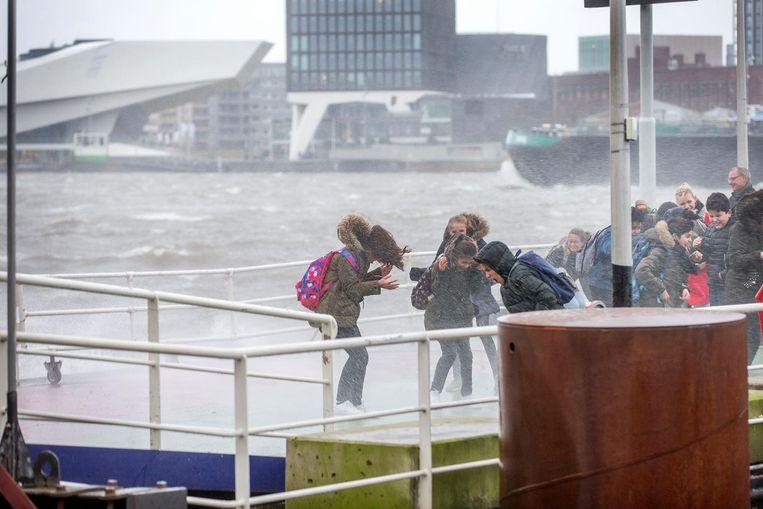 Kinderen vechten tegen de storm Beeld Jean-Pierre Jans