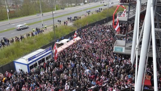 Duizenden PSV-fans bij De Kuip.