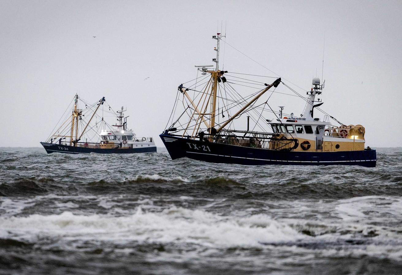 Vissersschepen zoeken naar het gezonken Urker schip.