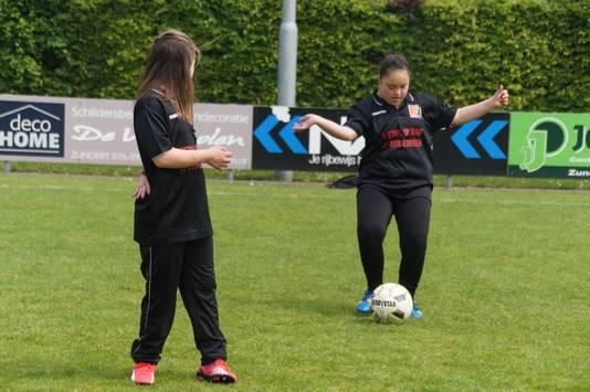 Het team van Voetbal op Maat tijdens een training bij hun club VV Zundert.